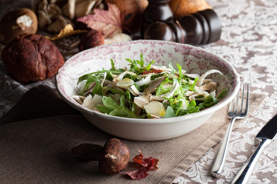 Салат с белыми грибами и вешенками