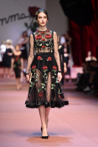 Дочки-матери: Dolce & Gabbana представили семейную коллекцию на Неделе моды в Милане | галерея [2] фото [10]