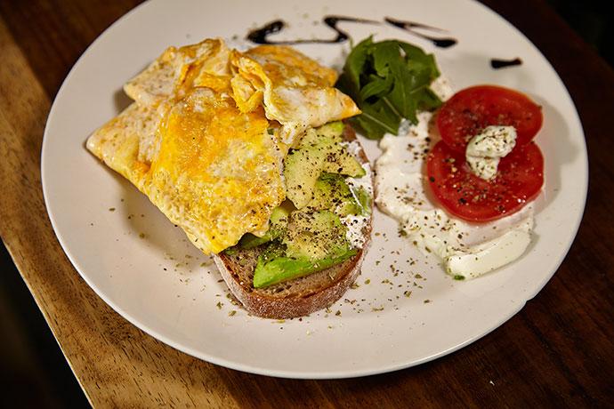 Жареные яйца с сыром и орехом
