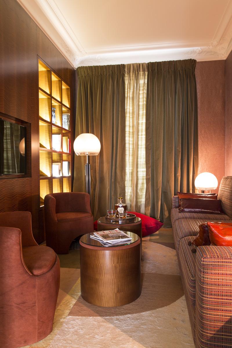 Библиотека. Стеллаж, Atelier Reinhardt. Кресла и диван, Ateliers le Floch. Журнальный столик, дизайн Яна Жаллю.