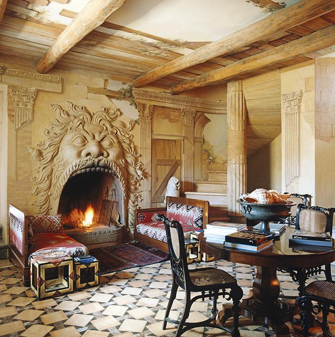 Для этой «комнаты-руины» Монжардино придумал скульптурный камин — вариацию на тему «Головы Орка» из «Парка чудовищ»* в Бомарцо. В 2008 году Филипп Старк воспроизвел этот камин в московском бутике Baccarat.