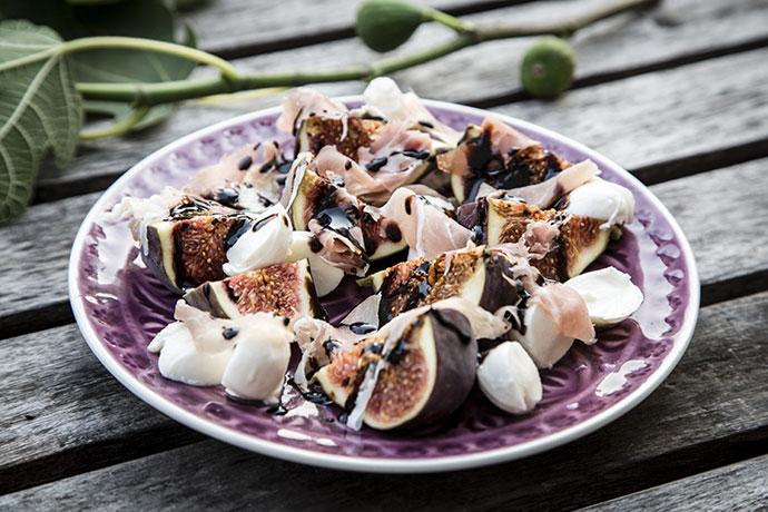 Салат из моцареллы, инжира и пармской ветчины