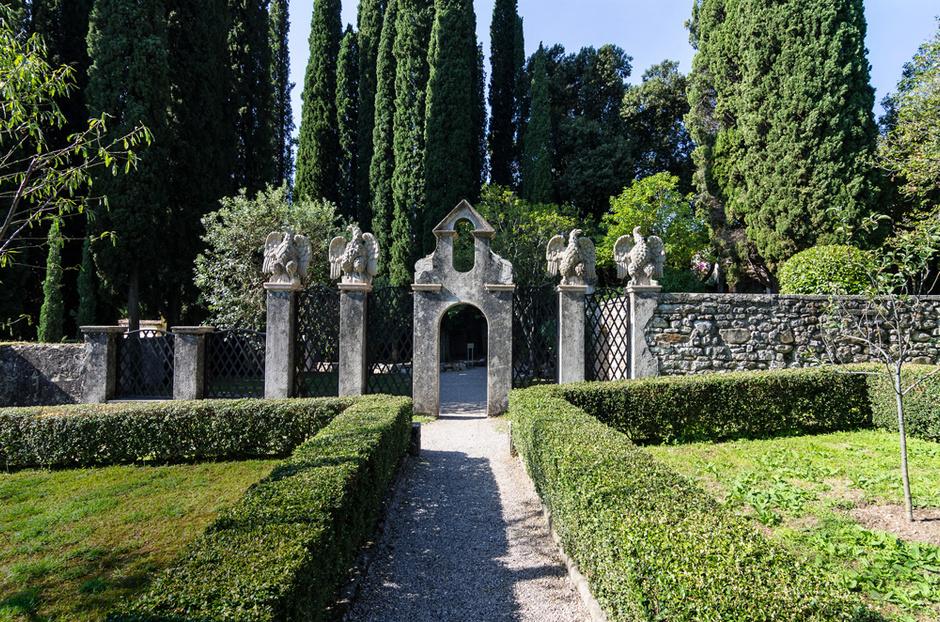 Ограда фруктового сада досталась хозяину вместе с поместьем. Скульптуры орлов работы Джанкарло Марони были приобретены в 1926 году.