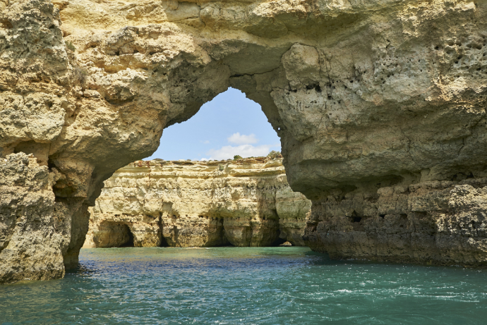 Пещеры на пляже Бенагил в Алгарве, Португалия