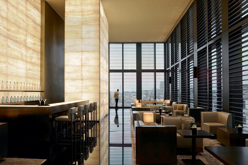 Бар, расположенный на седьмом этаже отеля, освещают колонны из оникса со встроенной подсветкой.