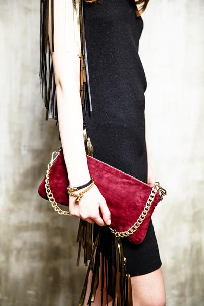 Клатч, Marina Rinaldi, цена по запросу; браслет из кожи, 3 555 руб., браслет, 2 250 руб., все — Juicy Couture.