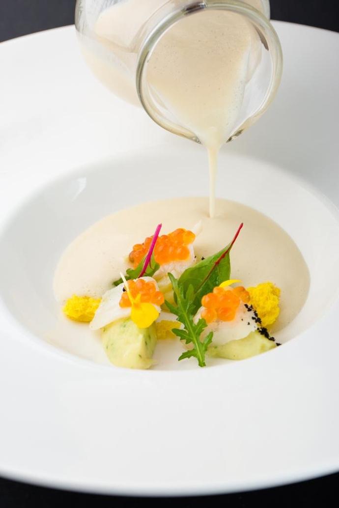 Крем-суп из цветной капусты и лайма с треской и икрой