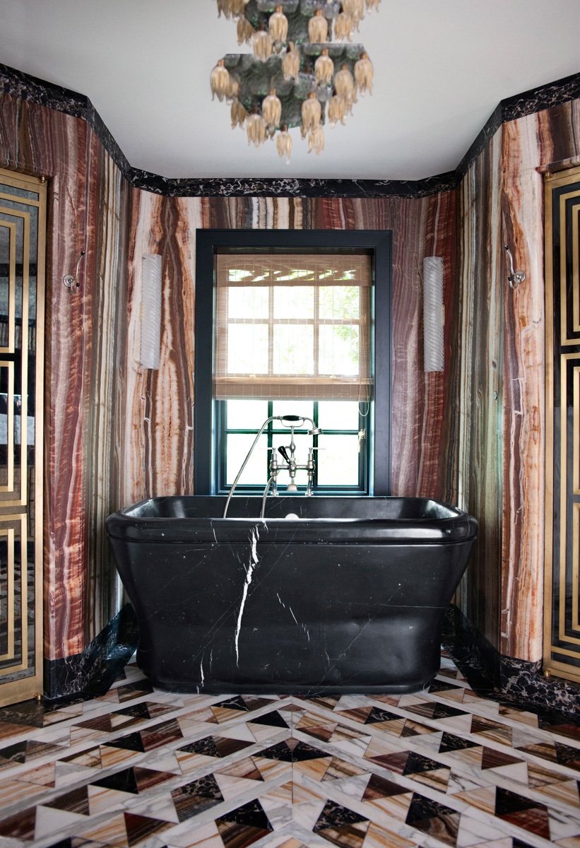 Ванная. В отделке стен — оникс, на полу — комбинация оникса с мрамором. Люстра, антиквариат.