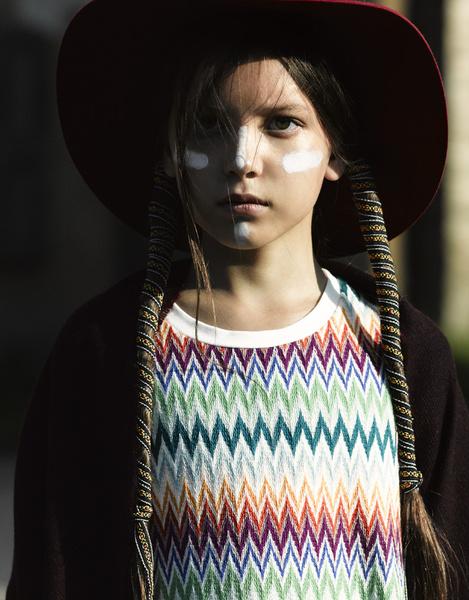 На Ане: платье, Missoni; шляпа, Bonpoint
