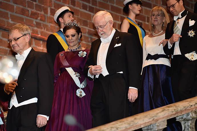 Беременная кронпринцесса Виктория в сияющей коннаутской тиаре сопровождает лауреата Нобелевской премии по химии 2015 Артура МакДональда (Канада)