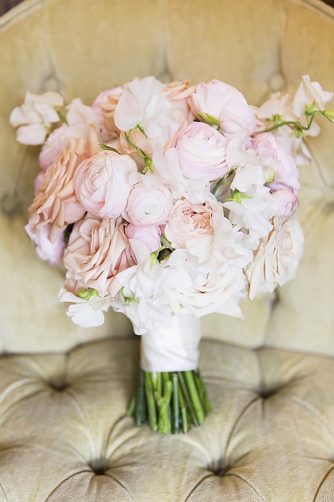 Пастельно-розовые пионы