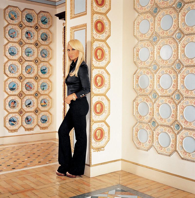 Донателла Версаче в холле своих миланских апартаментов. Расписная лепнина на стенах — работа студии Ренцо Монжардино.