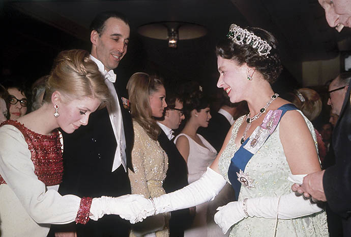 Катрин Денев на приеме у Елизаветы II, 1966 год