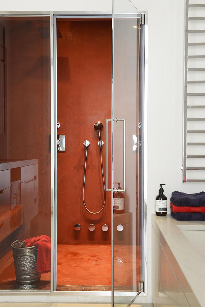 Ванная комната. Стены и пол хаммама покрыты таделактом* кирпичного цвета.