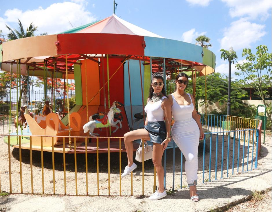 Кортни и Ким Кардашьян в парке развлечений в Гаване