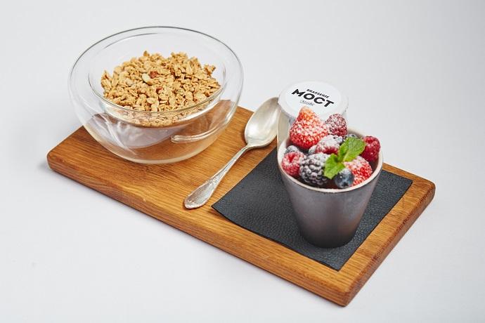 Гранола с йогуртом и свежими ягодами
