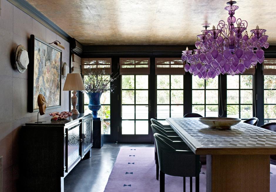 Столовая. Обеденный стол изготовлен на заказ. Это вольная вариация на тему мебели французского дизайнера Жан-Мишеля Франка. Над столом — люстра из муранского стекла. Стены оклеены обоями Imperial Woods, Cannon/Bullock, на потолке — обои от de Gournay. Ковер, The Rug Company.