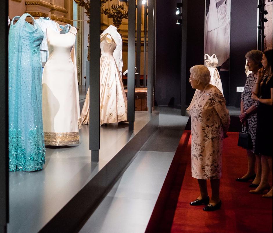 Фото дня: Елизавета II на выставке, посвященной ее стилю