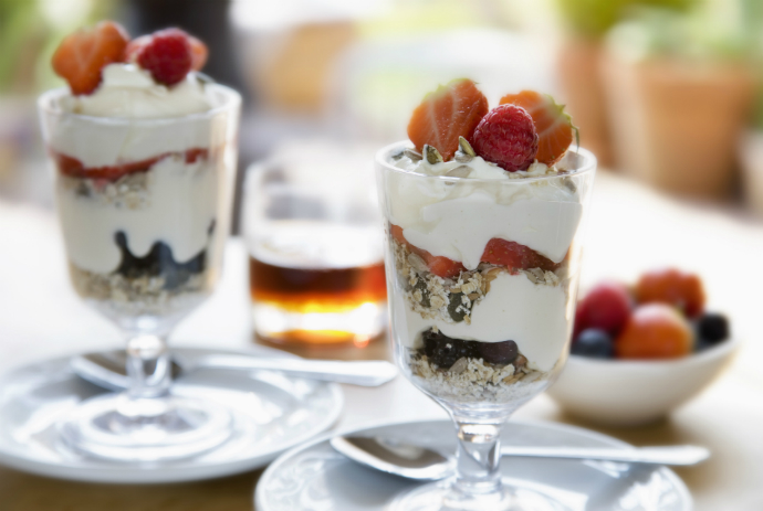 Йогурт со злаками и ягодами