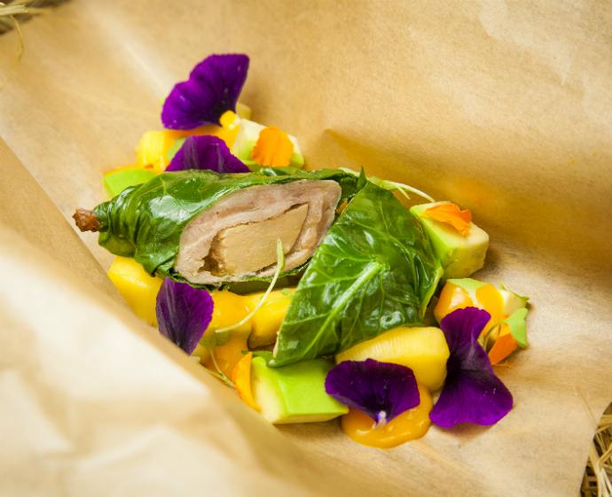Голень перепелки, фаршированной гусиной печенью, с манго и авокадо