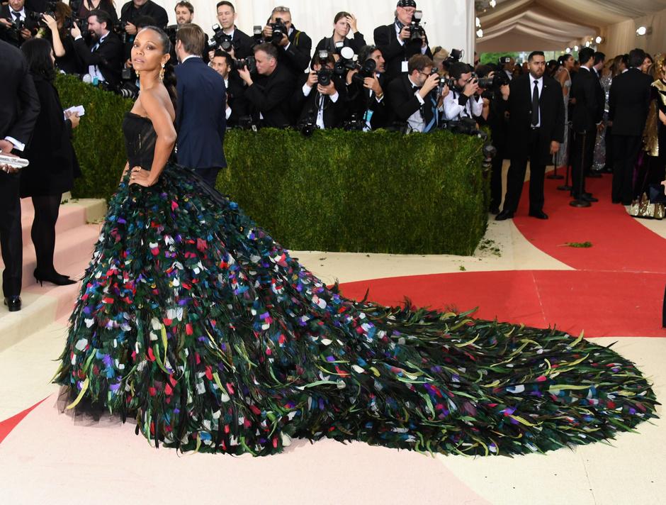 Зои Салдана в Dolce & Gabbana