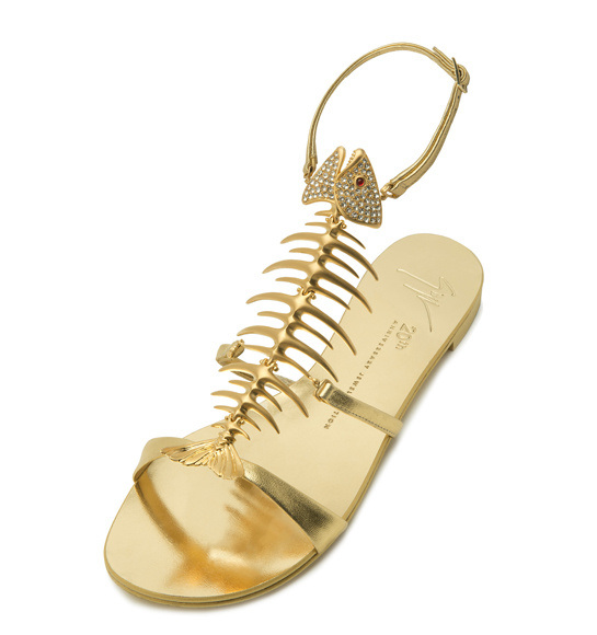 Обувь на лето: золотые сандалии