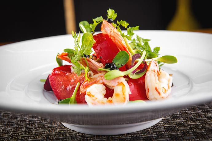 Блюдо дня: Салат с креветками и ташкенскими помидорами от ресторана Sixty