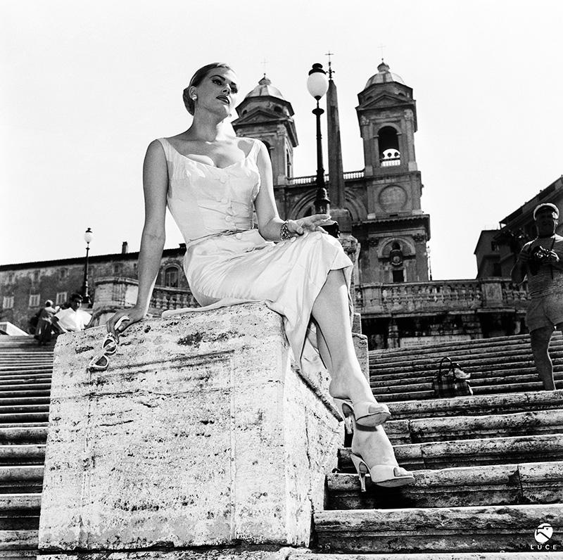 Актриса Анита Экберг на Испанской лестнице в Риме