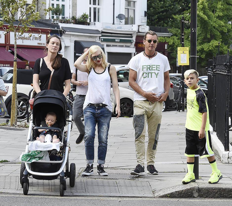 Гэвин Россдейл и Гвен Стефани с детьми и няней
