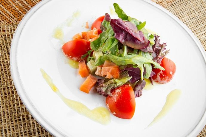 Салат с авокадо и лососем с цитрусовой заправкой