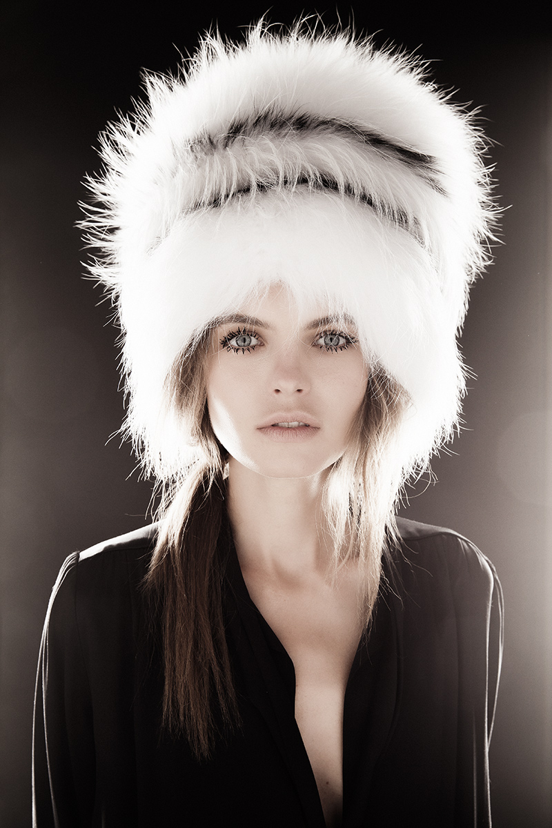 Платье из шелка, Prada; шапка из меха енота, Helen Yarmak