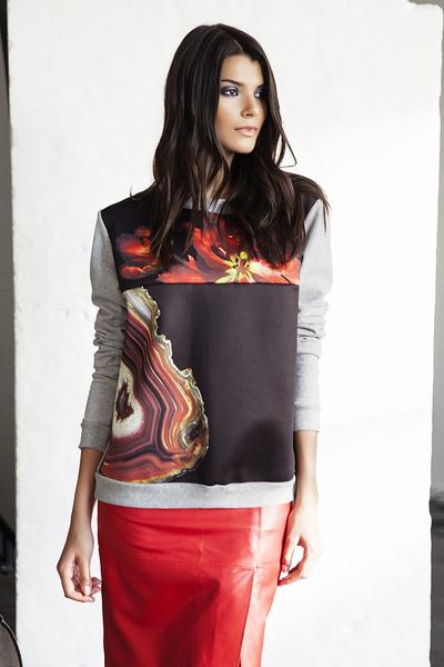 Пуловер, Sportmax, цена по запросу; юбка, Moschino, 29 190 руб.