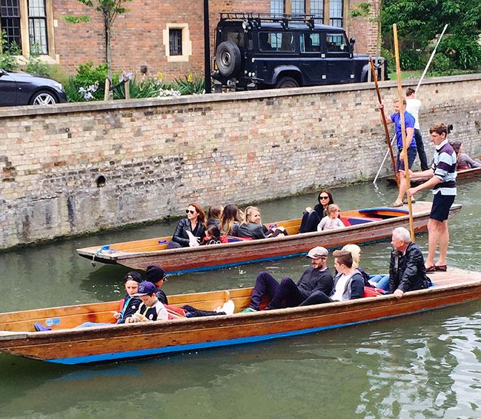 Дэвид и Виктория Бекхэм с детьми в Кембридже