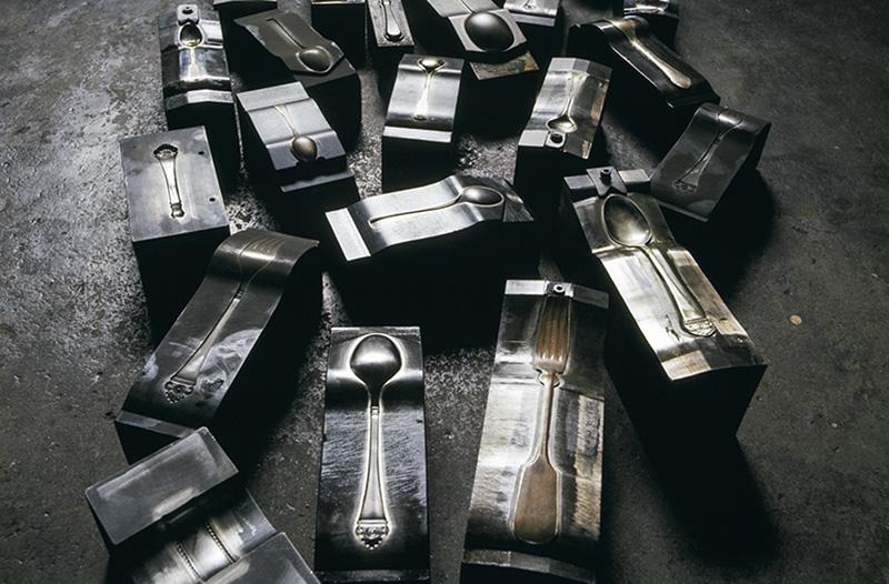 Пресс-формы, которые производятся вручную для каждого прибора, несут информацию о размере, основных деталях и орнаментах.