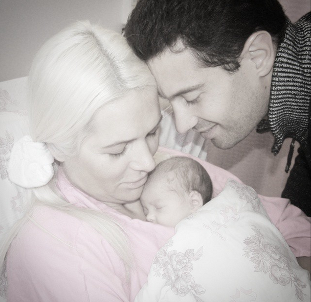 Виктория и Антон Макарские с новорожденной дочкой
