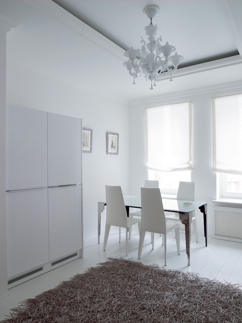 Фрагмент кухни. Стол Noir, Cattelan Italia, стулья, Colico, ковер, KARE, люстры, La Murrina.