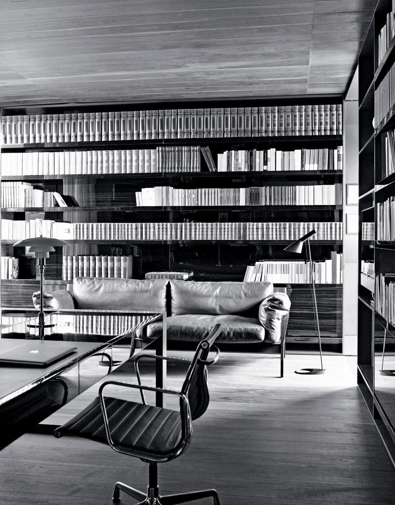 Библиотека. Встроенные стеллажи выполнены на заказ из массива макассара. Диван, дизайн Антонио Читтерио для Flexform.