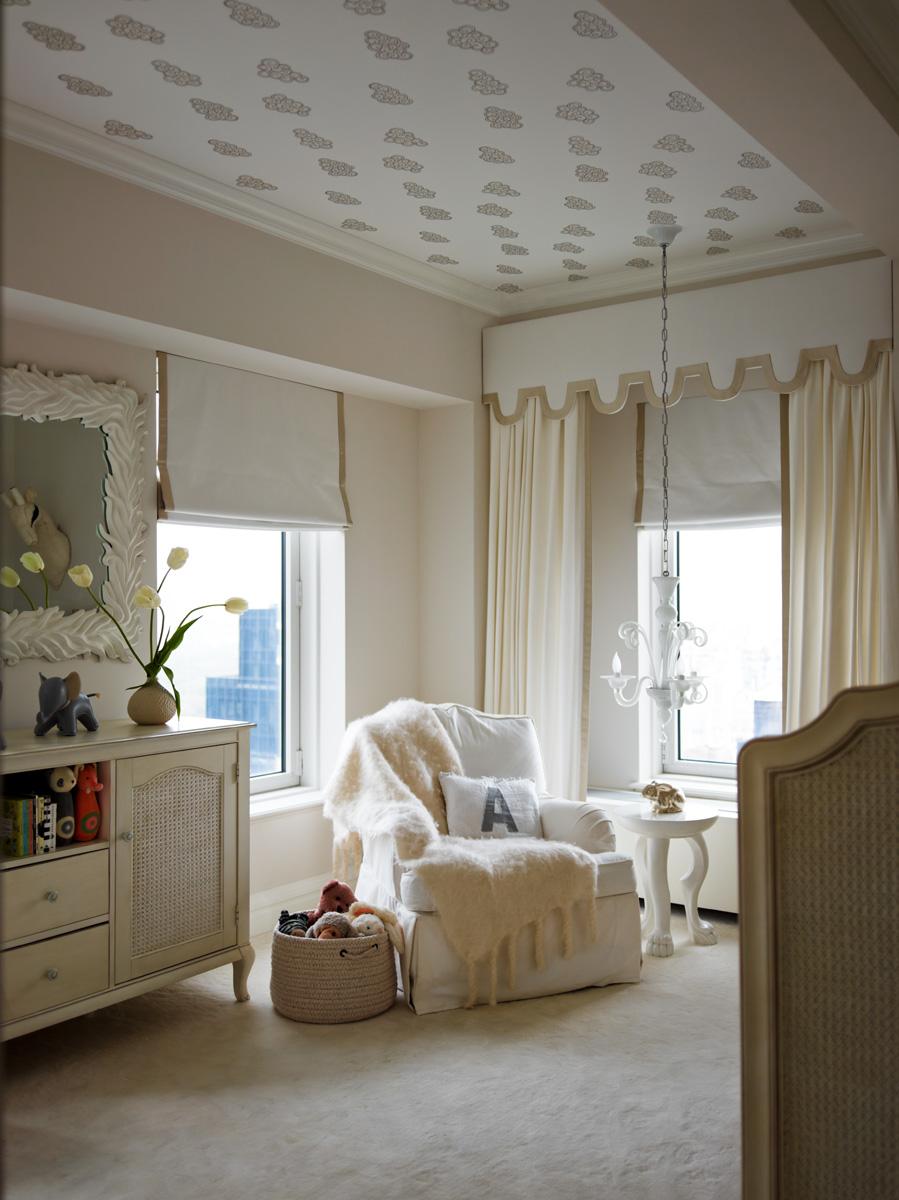 Детская. Потолок оклеен обоями Claudia от Sandberg, над столиком — люстра из муранского стекла. На стене — зеркало, дизайн Марка Банковски. Кресло и комод, Restoration Hardware.