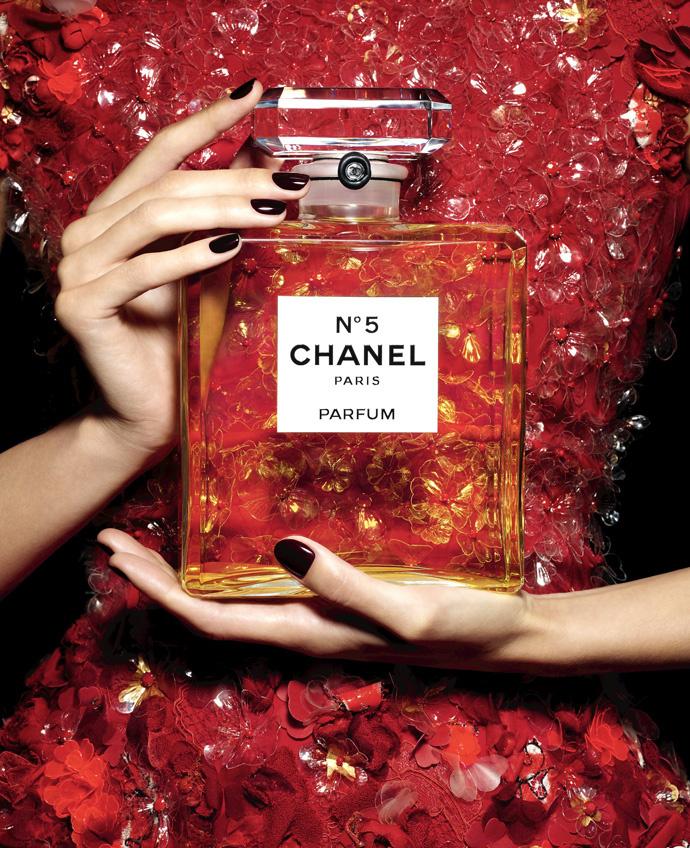 Жизель Бундхен стала лицом рождественской рекламной кампании Chanel N 5