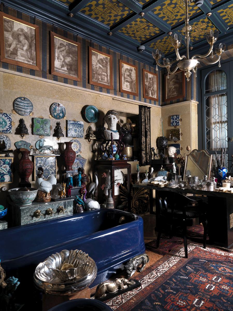 «Синяя ванная комната». Стены украшают образцы персидской керамики. В верхней части — фоторепродукции фресок Сикстинской капеллы работы Микеланджело.