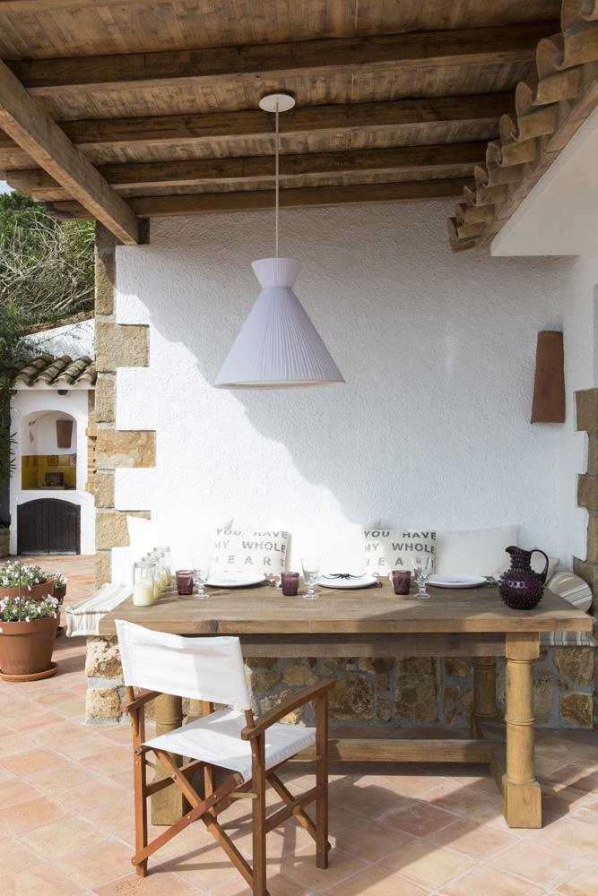 ерраса. Стол и стулья куплены в местном магазине. На каменной лавке — матрас и подушки.