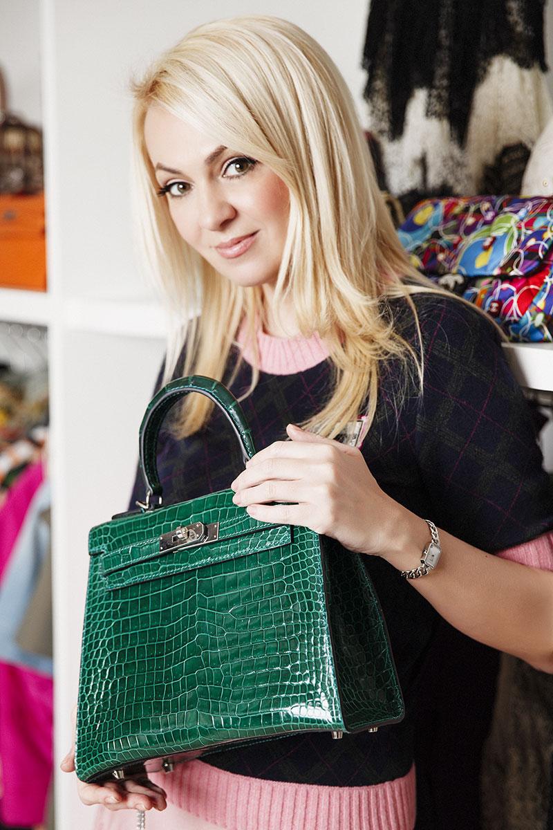 Костюм, Chanel, pre-fall 2014; часы, Chanel J12; сумка Kelly, Hermès