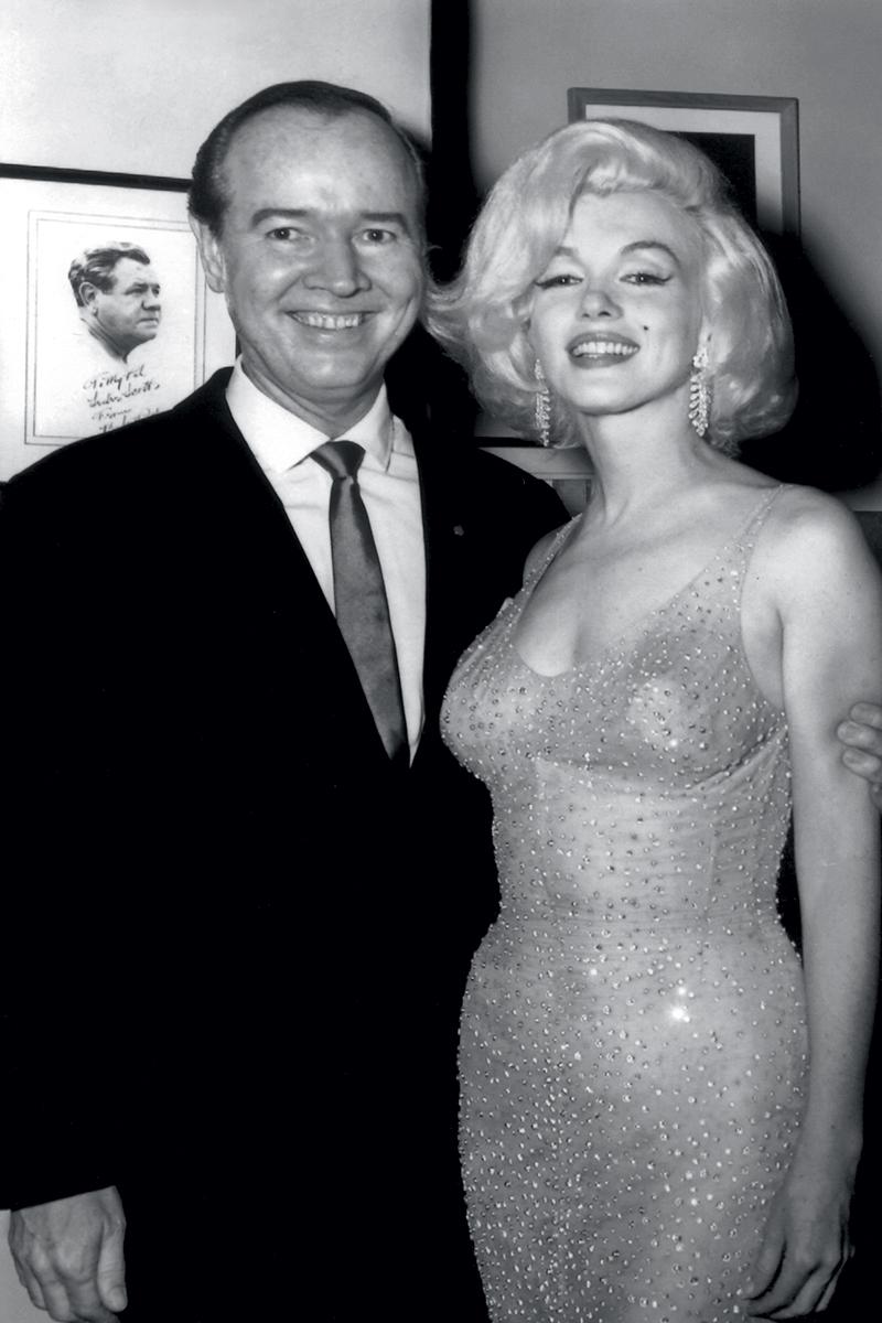 Промоутер Эрл Блэкуэлл и Мерилин Монро в платье, расшитом 10 тыс. кристаллов Swarovski, 1962 год.