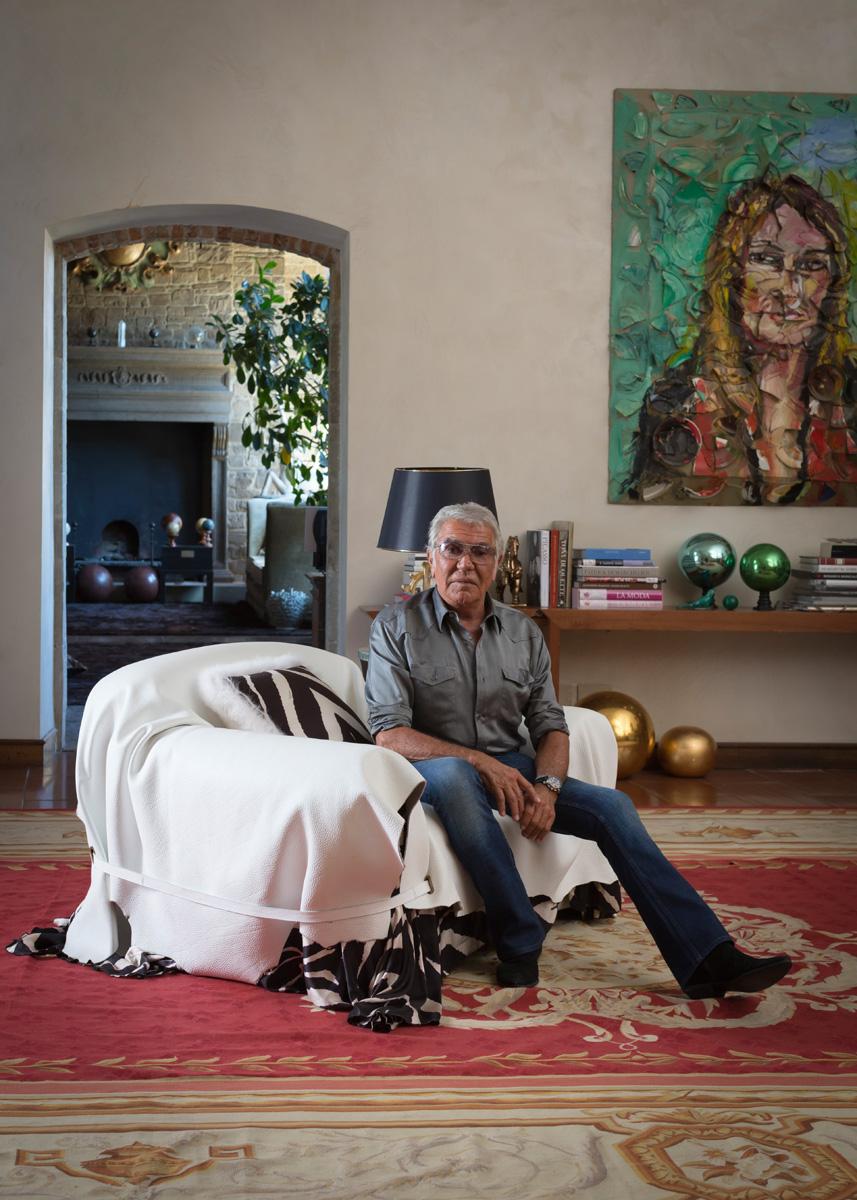 Роберто Кавалли в своей гостиной. Кресло, Roberto Cavalli Home. На стене — портрет жены дизайнера Евы Дюрингер, художник Джулиан Шнабель.