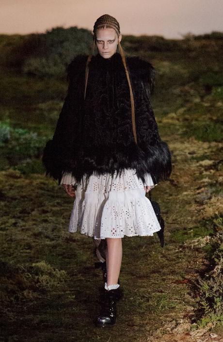 показ alexander mcqueen на неделе моды в париже
