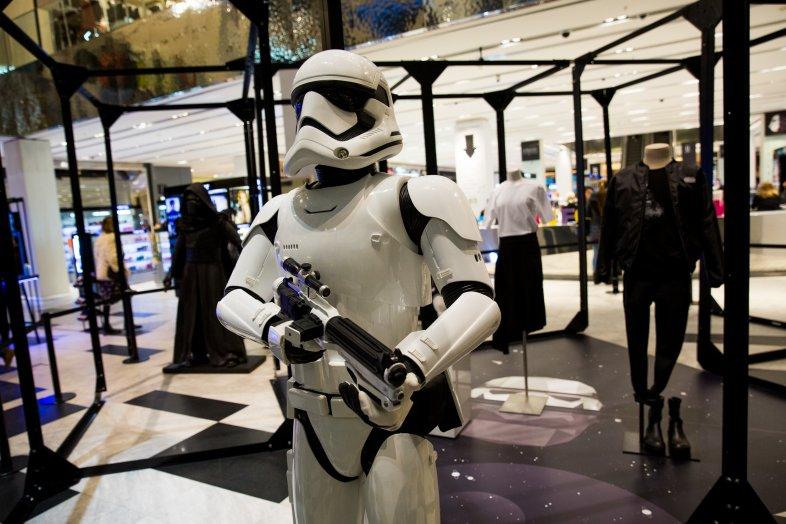 Идут на штурм: в «Цветном» открылась выставка в честь «Звездных войн»