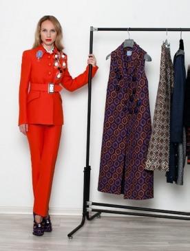 На Ане: жакет, блуза, брюки, ботильоны, все — Prada