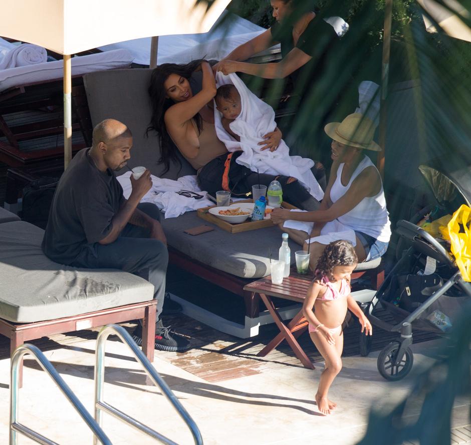 Фото дня: Ким Кардашьян с семьей на отдыхе в Малибу