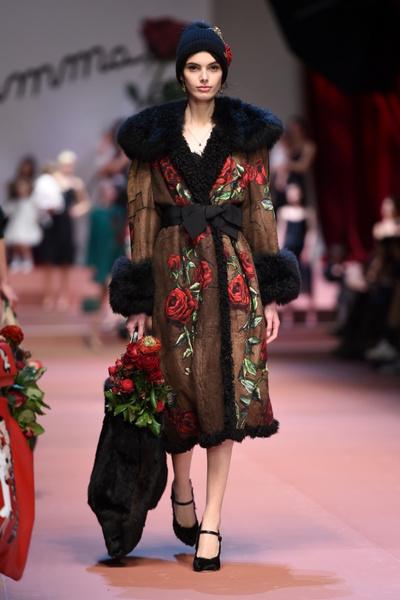 Дочки-матери: Dolce & Gabbana представили семейную коллекцию на Неделе моды в Милане | галерея [2] фото [9]