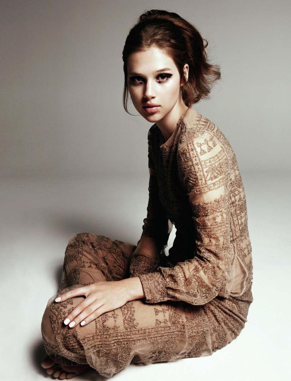 Макияж под бежевое платье фото